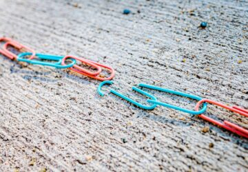 Separation of paperclips joined together in link